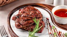 Американская концепция кухни Стейк свинины с красным соусом барбекю томата Блюда сервировки на деревянной доске в ресторане стоковые фото