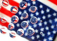 Американская концепция налога, флаг отразила в waterdrops стоковое изображение rf