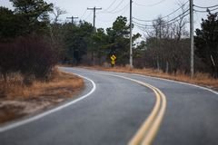 Американская кривая дороги на пасмурной погоде осени Стоковое Изображение RF