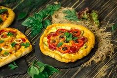 Американская пицца на деревянной доске и различных ингридиентах Американские pizzerias стиля стоковое фото rf