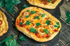 Американская пицца на деревянной доске и различных ингридиентах Американские pizzerias стиля стоковая фотография rf