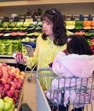 американская родная женщина покупкы продукции Стоковые Изображения RF