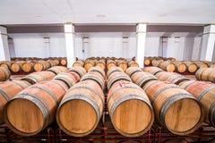 Американские бочонки дуба с красным вином вино погреба традиционное Стоковые Фото
