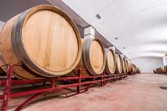 Американские бочонки дуба с красным вином вино погреба традиционное Стоковое фото RF