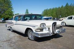 Американские год цитации 1958 Edsel автомобиля модельный на параде винтажных автомобилей деревянное Скандинавии kerimaki Финлянди Стоковое фото RF