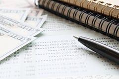 Американские деньги наличных денег доллара, бумага тетради, ручка и банковская книжка на предъявителя или финансовый отчет сберег Стоковое Изображение RF