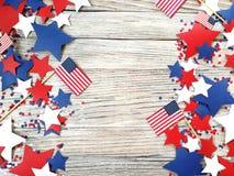 Американские День независимости, торжество, патриотизм и концепция праздников - флаги и звезды на 4-ой из партии в июле на верхне Стоковая Фотография RF