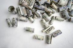 Американские долларовые банкноты различных деноминаций свернуты вверх по мне стоковые изображения rf