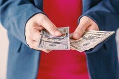 Американские доллары банкноты в руке Стоковое Изображение RF