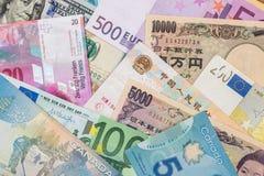 Американские доллары, европейское евро, швейцарский франк, китайские юани и иены Японии Стоковые Изображения RF