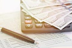 Американские доллары получают деньги, калькулятор на банковской книжке на предъявителя сберегательного счета или финансовый отчет Стоковые Фото