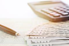 Американские доллары получают деньги наличными, калькулятор и банковскую книжку на предъявителя или финансовый отчет сберегательн Стоковая Фотография RF