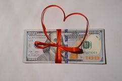 Американские доллары связанные красной лентой стоковые фотографии rf