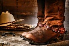 Американские западные ботинки ковбоя родео в старом амбаре ранчо стоковые изображения