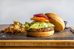 Американские ингридиенты бургера на серой предпосылке Стоковое Изображение