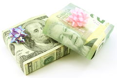 американские обернутые подарки канадского доллара Стоковая Фотография