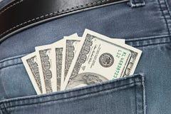 Американские долларовые банкноты в предпосылке джинсов карманной Стоковая Фотография RF