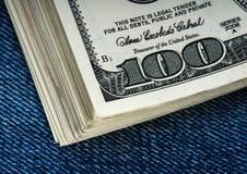 Доллары в карманн джинсыов Стоковые Изображения