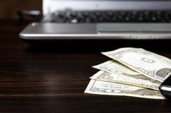 Американские доллары денег и портативного компьютера стоковое изображение rf
