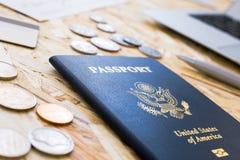 Американские пасспорт и монетки Стоковая Фотография RF