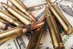 Американские пули на долларах Стоковые Фото