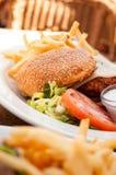 Американские салат и фраи гамбургера фаст-фуда на белой плите Стоковое фото RF
