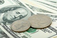 американские счеты закрывают доллары монеток вверх Стоковое фото RF