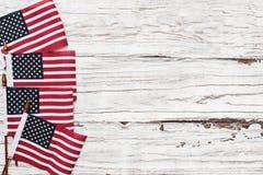Американские флаги для 4-ого из торжества в июле против белой деревенской предпосылки стоковое изображение