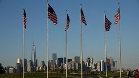 Американские флаги и более низкое Манхаттан Стоковое Изображение
