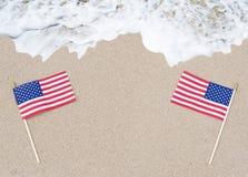Американские флаги на песчаном пляже Стоковые Изображения