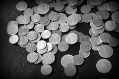 Американские центы на темной поверхности r стоковые изображения