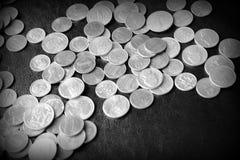 Американские центы на темной поверхности r стоковая фотография