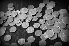 Американские центы на темной поверхности r стоковые фотографии rf