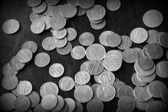 Американские центы на темной поверхности r стоковые изображения rf