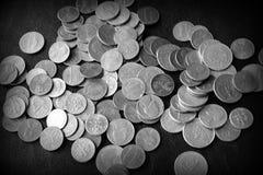 Американские центы на темной поверхности r стоковое фото rf