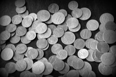 Американские центы на темной поверхности r стоковое изображение
