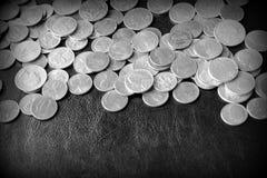 Американские центы на темной поверхности r стоковые фото
