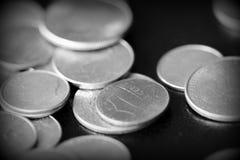 Американские центы на темной предпосылке Черное amd белое стоковые фото