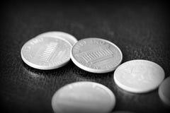 Американские центы на темной предпосылке Черное amd белое стоковые изображения