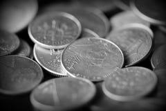 Американские центы на темной предпосылке Черное amd белое стоковая фотография rf