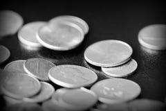 Американские центы на темной предпосылке Черное amd белое стоковое фото