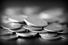 Американские центы на темной предпосылке Черное amd белое стоковая фотография