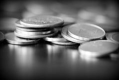 Американские центы на темной предпосылке Черное amd белое стоковые фотографии rf