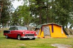Американский автомобиль Шевроле BelAir мышцы в лагере с ретро шатром в Halden, Норвегии стоковые изображения rf