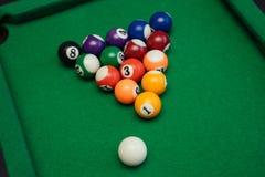 Американский бассейн биллиардов на зеленой таблице Стоковая Фотография