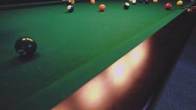 Американский биллиард Человек играя биллиард, снукер Игрок подготавливая снять, ударяющ шарик сигнала сток-видео