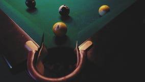 Американский биллиард Человек играя биллиард, снукер Игрок подготавливая снять, ударяющ шарик сигнала Осечка от конца сток-видео