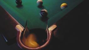 Американский биллиард Человек играя биллиард, снукер Игрок подготавливая снять, ударяющ шарик сигнала видеоматериал