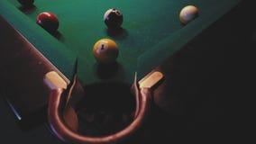 Американский биллиард Человек играя биллиард, снукер Игрок подготавливая снять, ударяющ шарик сигнала акции видеоматериалы