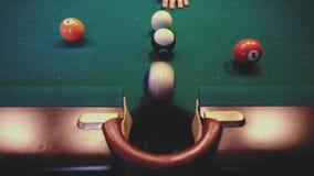 Американский биллиард Человек играя биллиард, снукер Тренировка игрока, который нужно снять, ударяющ шарик сигнала Шарик 10 10 сток-видео